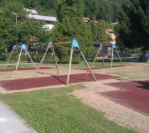Obnovljene podlage pri igralih v mestnem parku