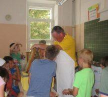Mladi čebelarji na OŠ Ivana Cankarja spet delovni