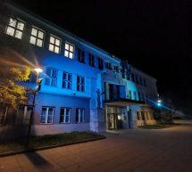 Občinska stavba obarvana v modro