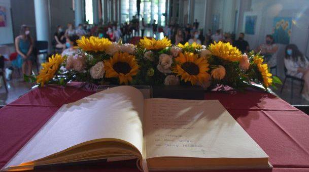 V Trbovljah so se zlati učenci in dijaki danes vpisali v Zlato knjigo